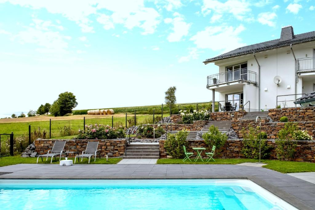 Der Swimmingpool an oder in der Nähe von Wellness-Ferienhaus Eifel Feeling