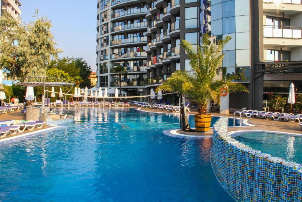 The swimming pool at or close to Smartline Meridian Hotel