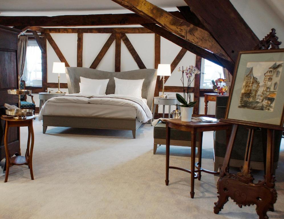 Ein Bett oder Betten in einem Zimmer der Unterkunft Romantik Hotel Zur Glocke