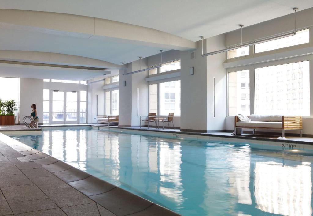 A piscina localizada em Park Hyatt Chicago ou nos arredores