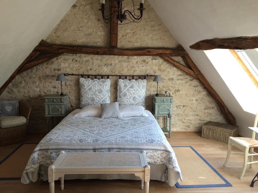 A bed or beds in a room at La Bihourderie