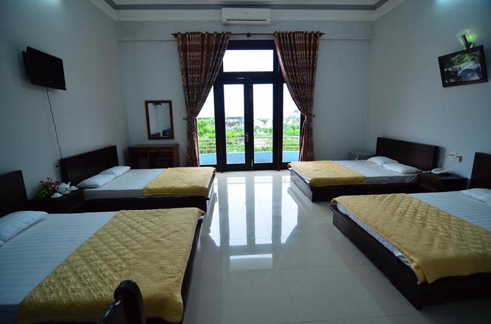 A bed or beds in a room at Huong Bien Hotel