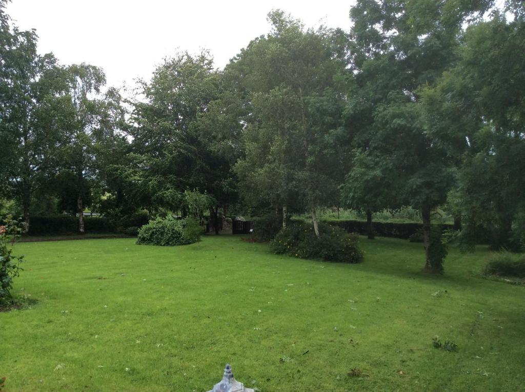 A garden outside Bunratty Ashgrove House Bed & Breakfast