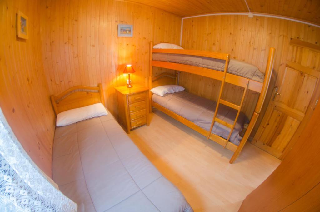 Litera o literas de una habitación en Camping Playa de Ajo