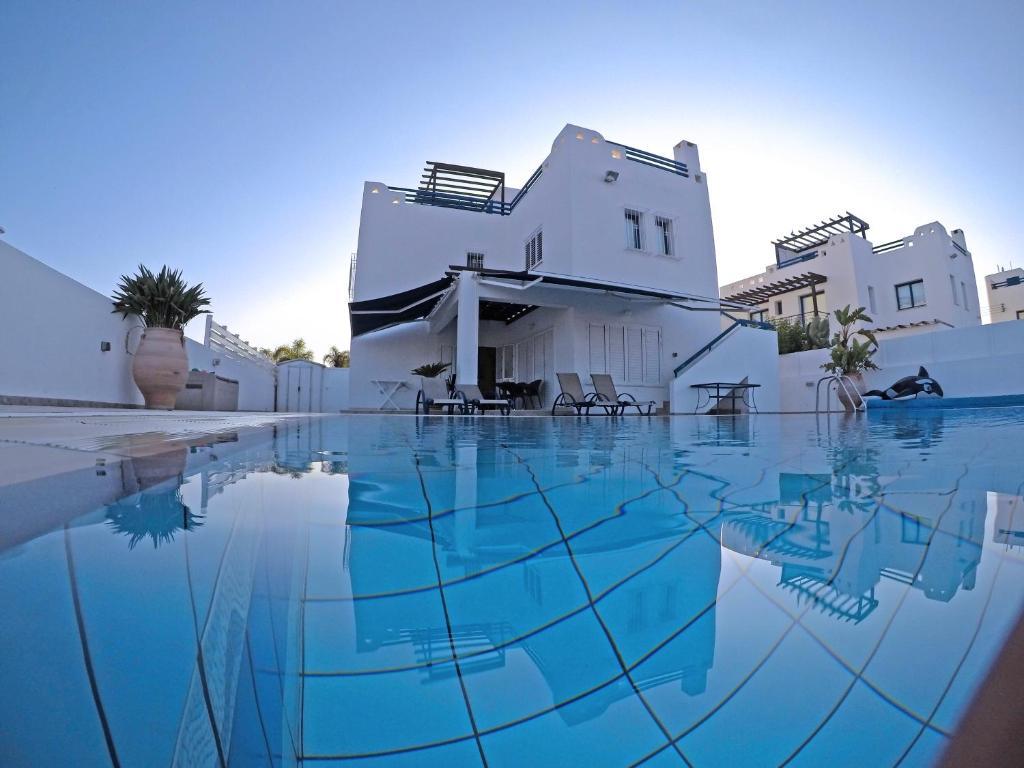 The swimming pool at or close to Villa Jenny