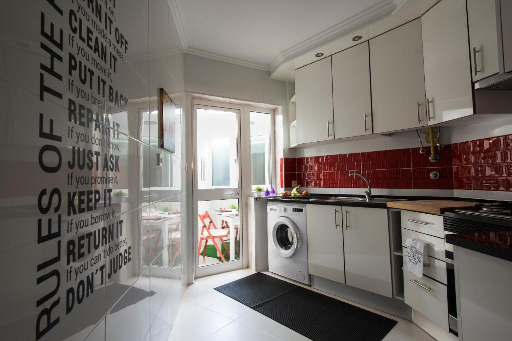 A kitchen or kitchenette at Lisbon Zoo House