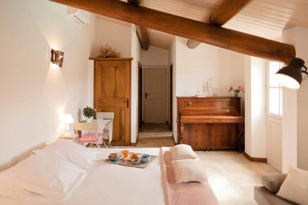 Provence Dodo tesisinde bir odada yatak veya yataklar