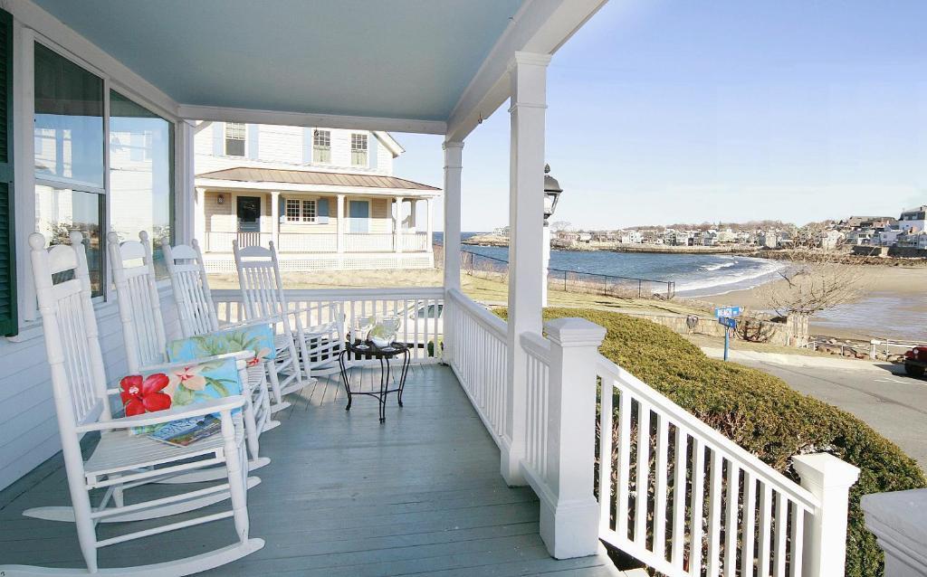 A balcony or terrace at Beach & King Street Inn