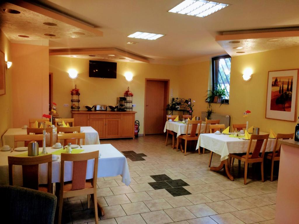 A restaurant or other place to eat at Hotel zum Schnackel