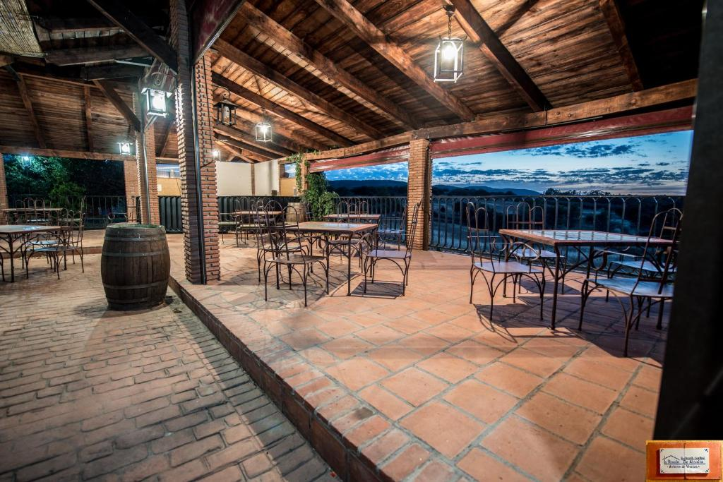 A restaurant or other place to eat at La Posada de Alcudia