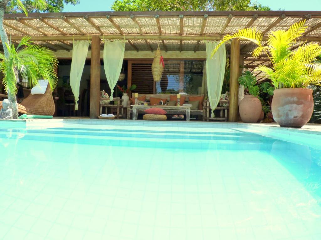 A piscina localizada em Cor da Terra ou nos arredores