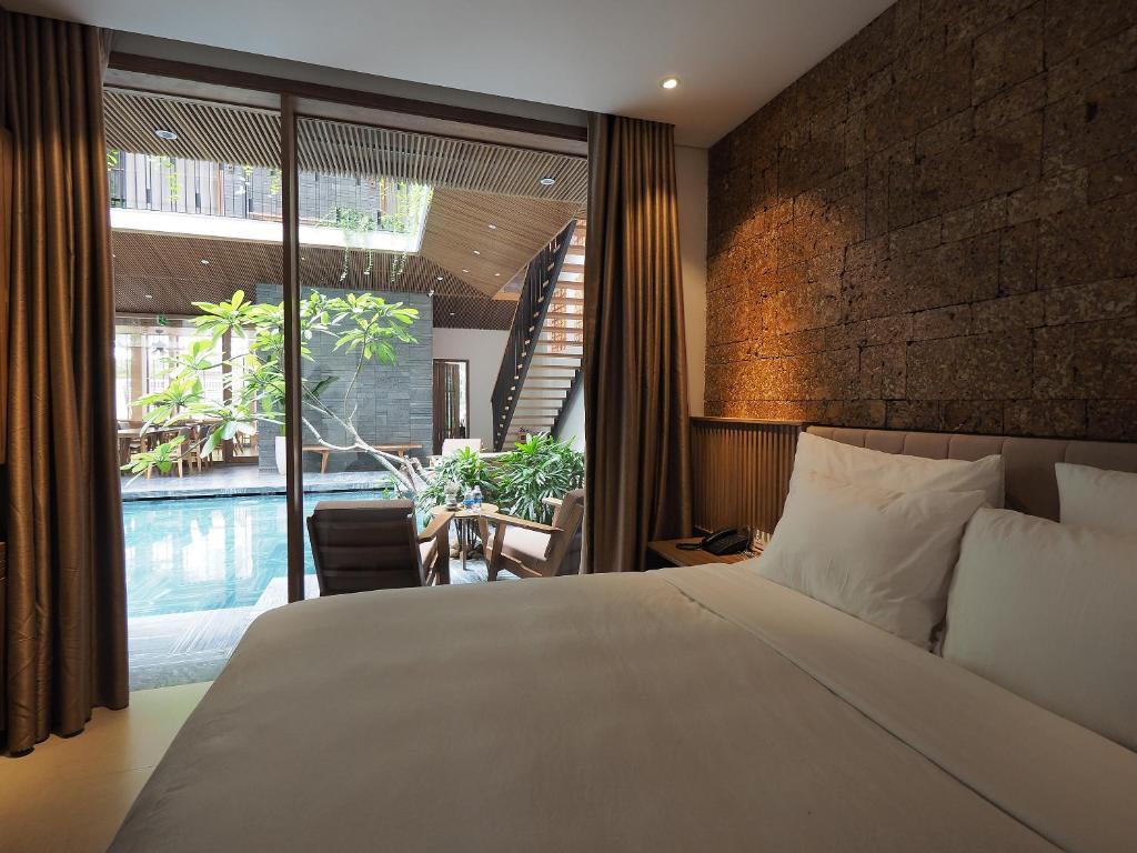 En eller flere senger på et rom på Minh House