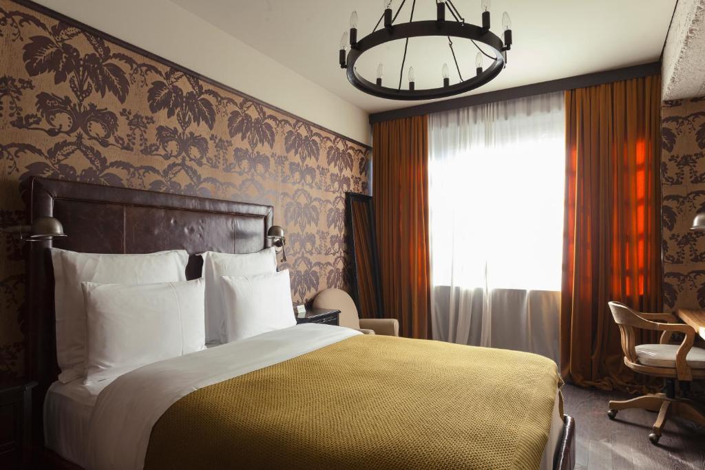 Rooms Hotel Tbilisi tesisinde bir odada yatak veya yataklar