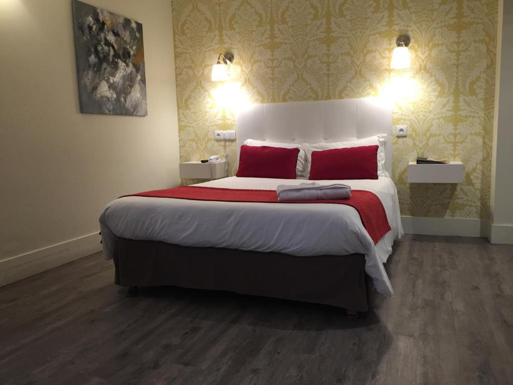 A bed or beds in a room at Hotel Dauphin