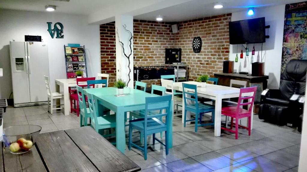 A restaurant or other place to eat at Pozitiv Hostel