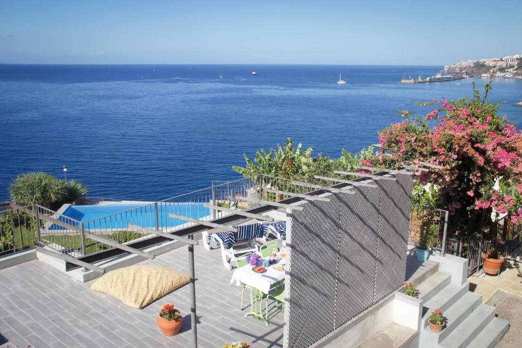 Uma vista do mar geral ou uma vista do mar a partir da villa