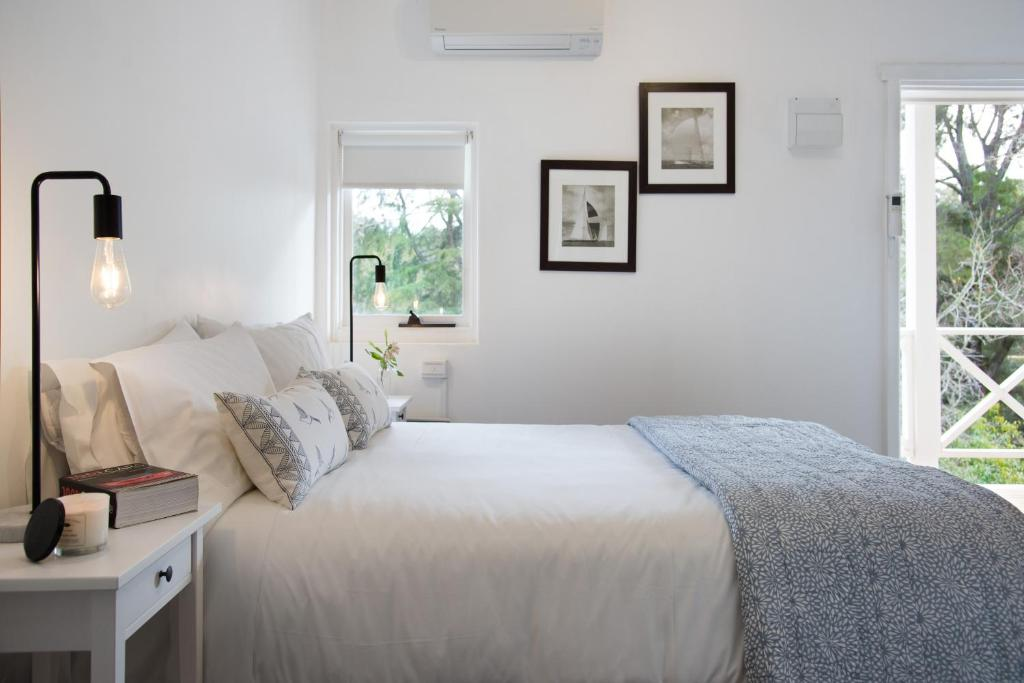A bed or beds in a room at Lake Daylesford Apartment 3