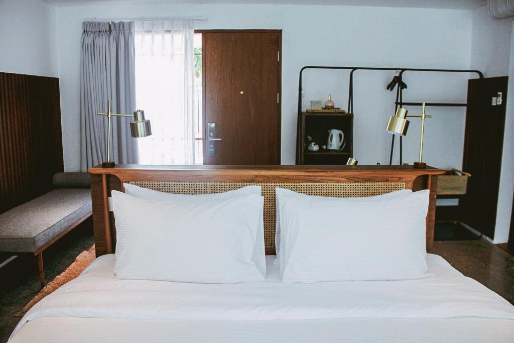 A bed or beds in a room at Blackbird Hotel