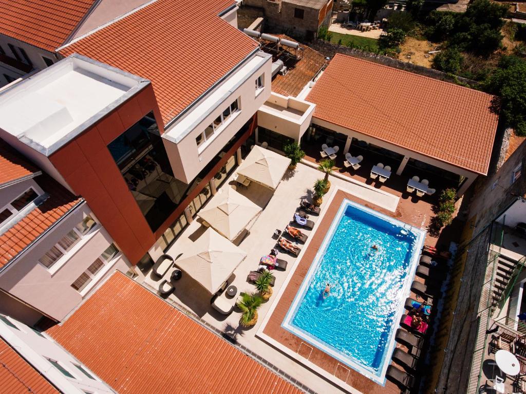 Pogled na bazen v nastanitvi Hotel Borovnik oz. v okolici