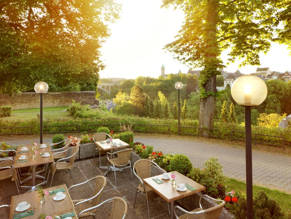 Ein Restaurant oder anderes Speiselokal in der Unterkunft Hotel Parc Belle-Vue