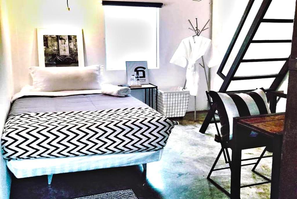 سرير أو أسرّة في غرفة في أول ذات بانكوك هوستل