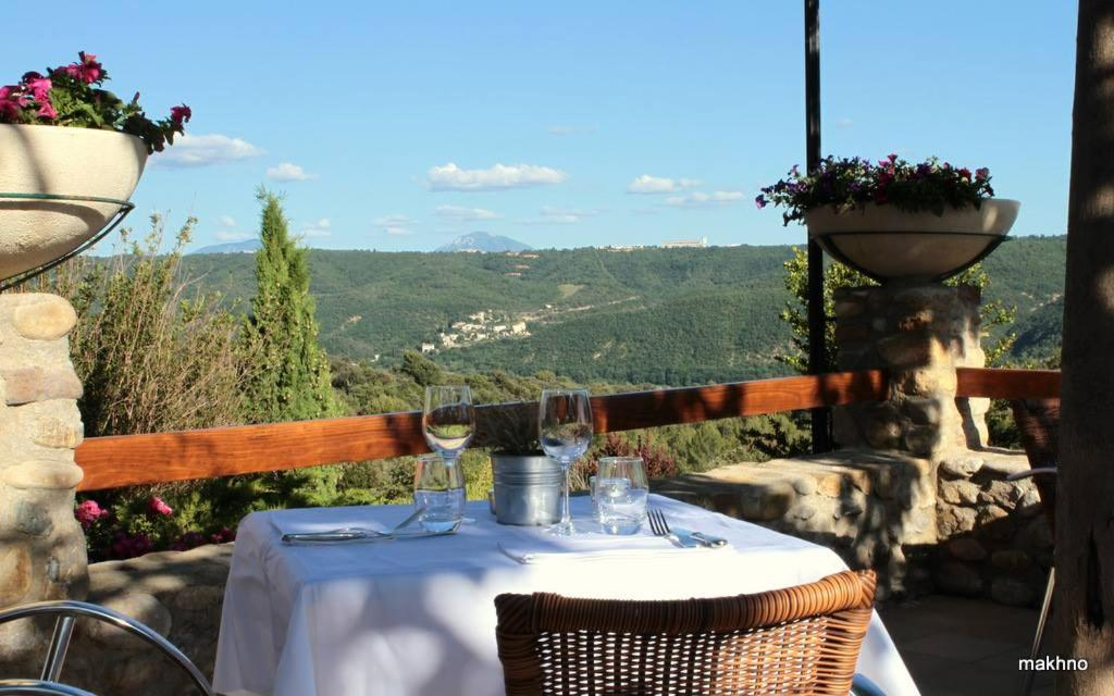 A restaurant or other place to eat at La Campagne de Petre