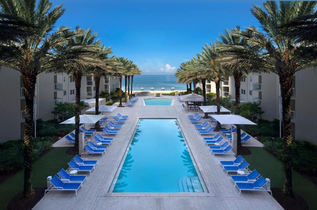 בריכת השחייה שנמצאת ב-Edgewater Beach Hotel או באזור