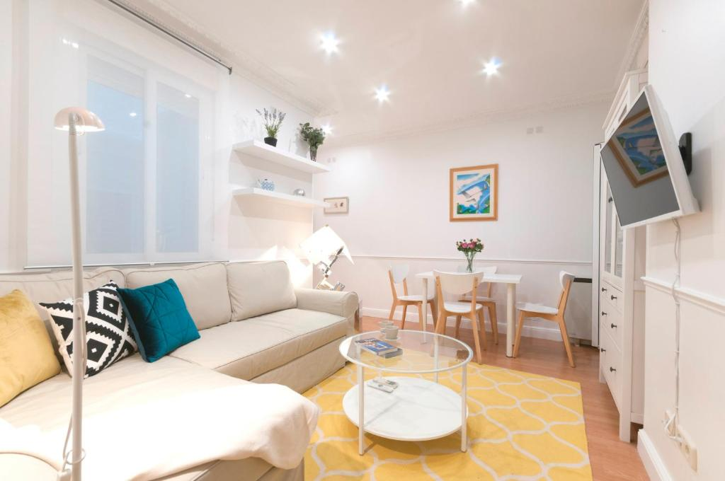 A seating area at Friendly Rentals Chamberi