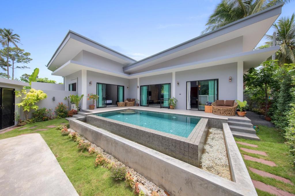 The swimming pool at or near Baan Bua
