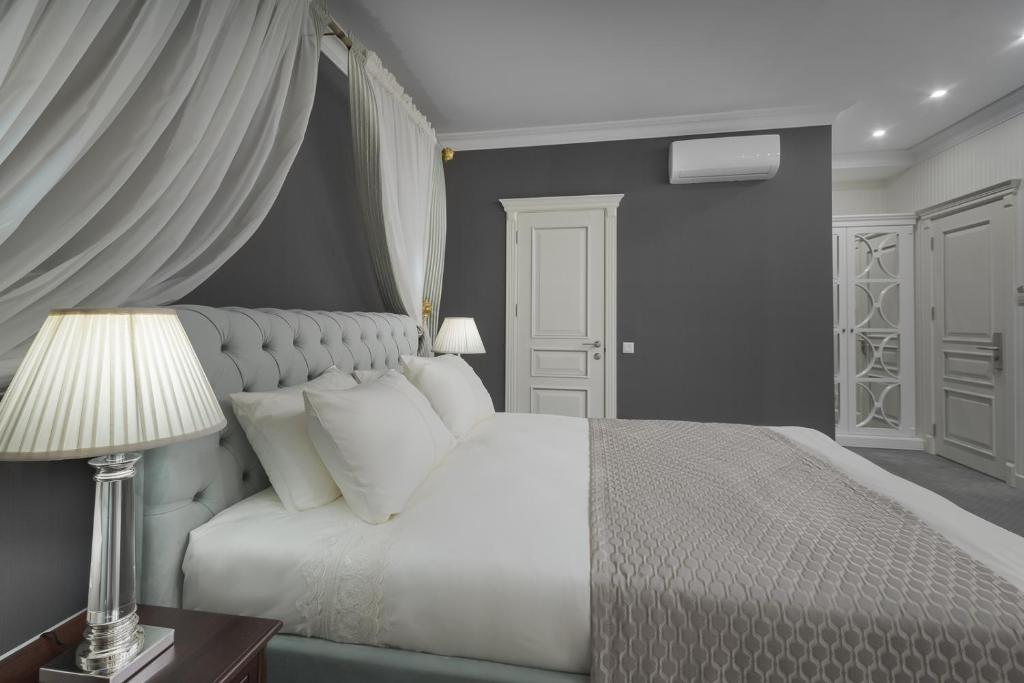 A bed or beds in a room at London Boutique Hotel