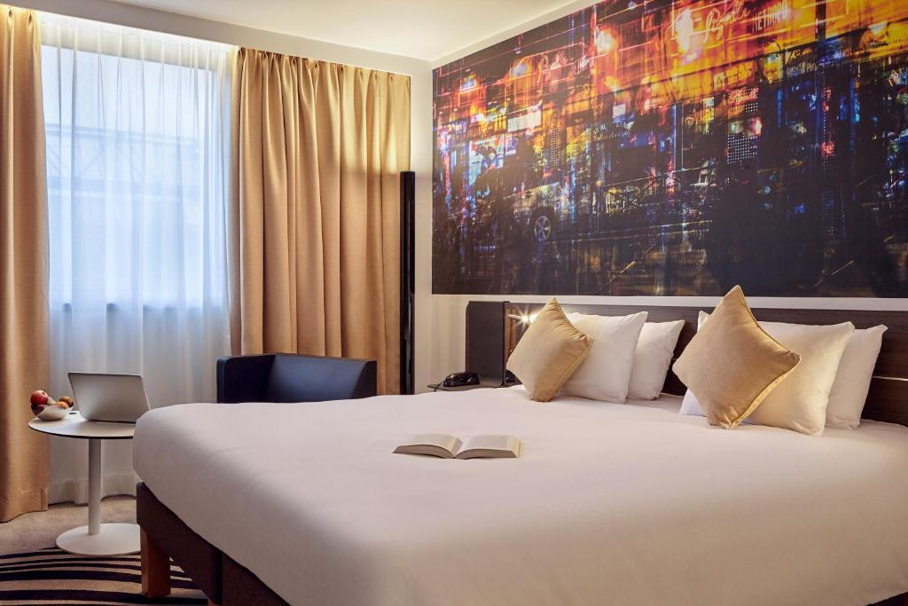 A bed or beds in a room at Novotel Paris Centre Bercy