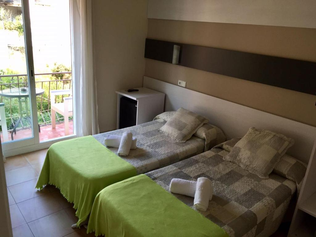 A bed or beds in a room at Hostal Termes