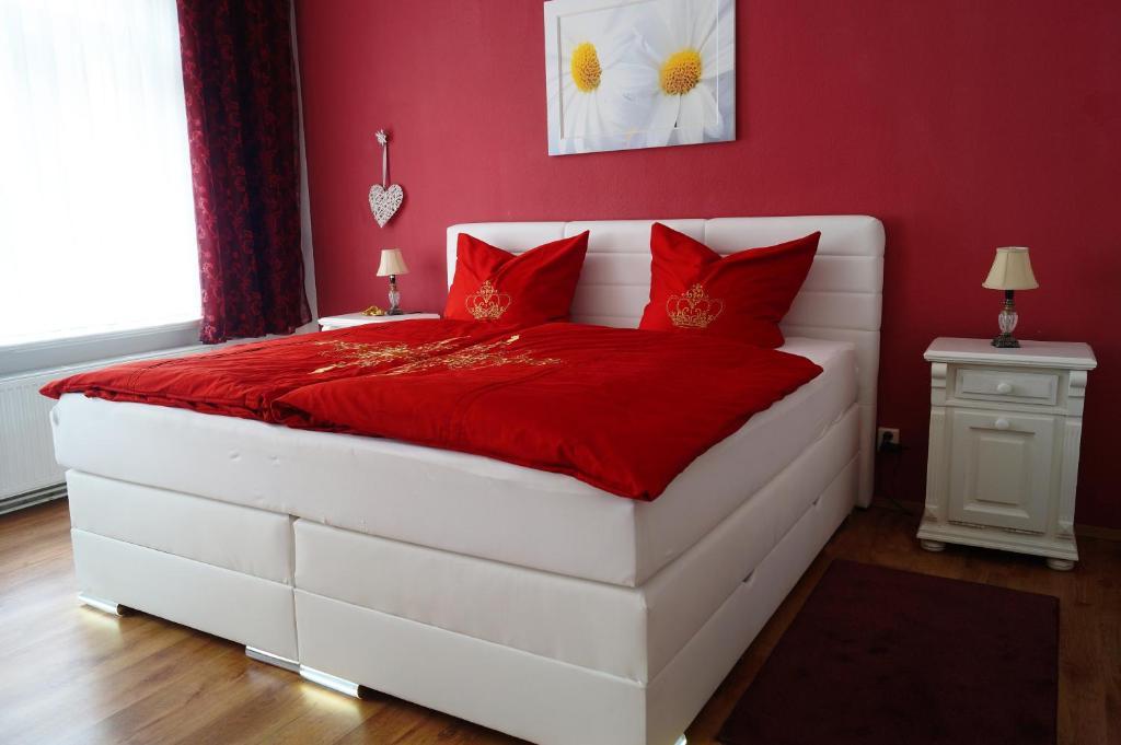 Ein Bett oder Betten in einem Zimmer der Unterkunft Ferienwohnung Schlossblick Altenburg (Frühstückspension möglich)