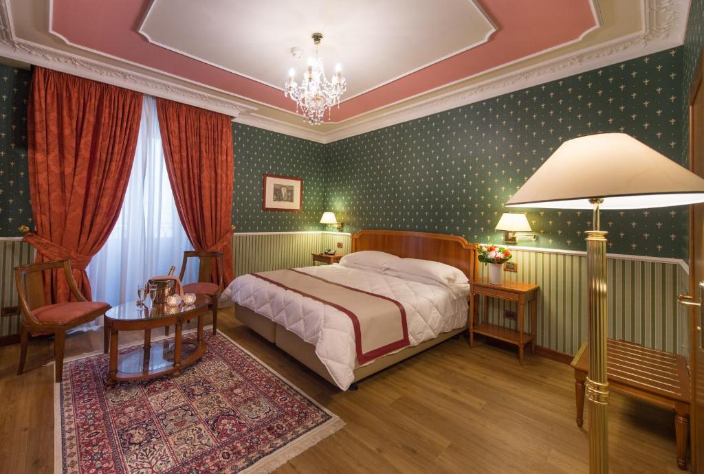 Rúm í herbergi á Strozzi Palace Hotel
