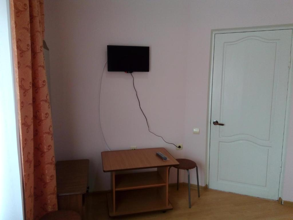 A television and/or entertainment center at Guest House Bereg Morya