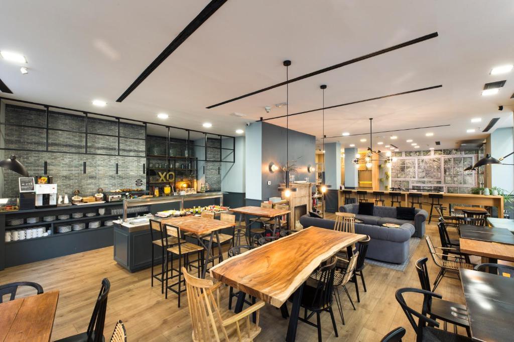 Ein Restaurant oder anderes Speiselokal in der Unterkunft Petit Palace Triball