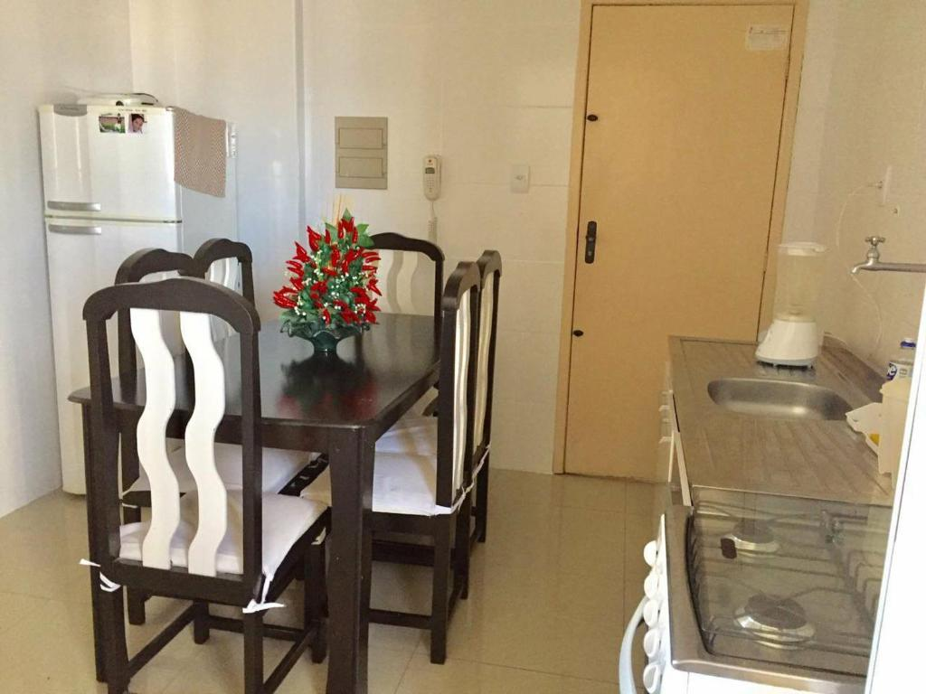 A kitchen or kitchenette at Lindo e espacoso apartamento - Aracaju