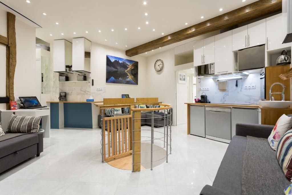 A kitchen or kitchenette at Louvre Luxury Apartment & SPA