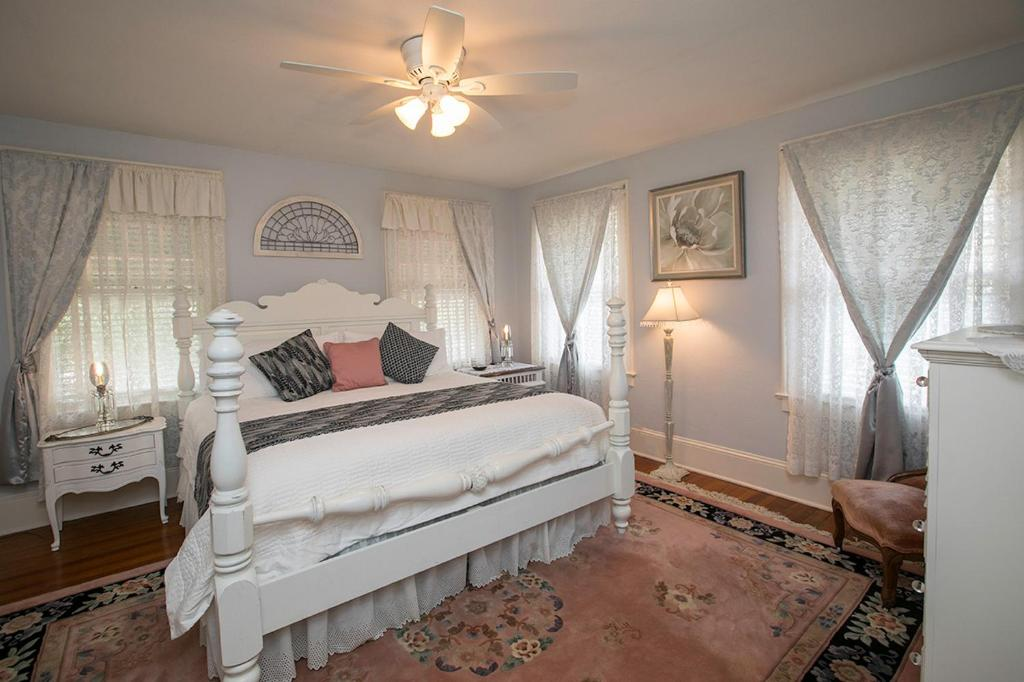 A bed or beds in a room at Magnolia Inn B&B