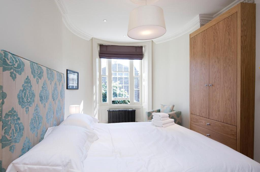 A bed or beds in a room at Kennington B & B