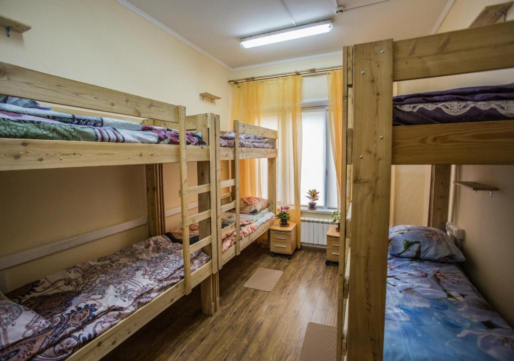 Двухъярусная кровать или двухъярусные кровати в номере Хостел Олимп