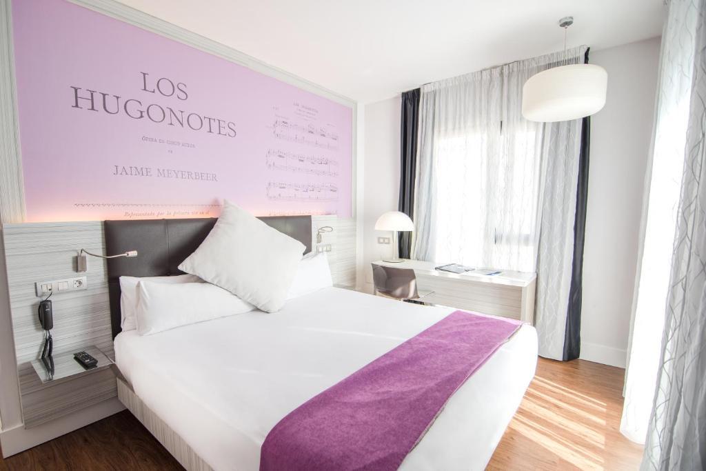 Łóżko lub łóżka w pokoju w obiekcie Petit Palace Boqueria Garden