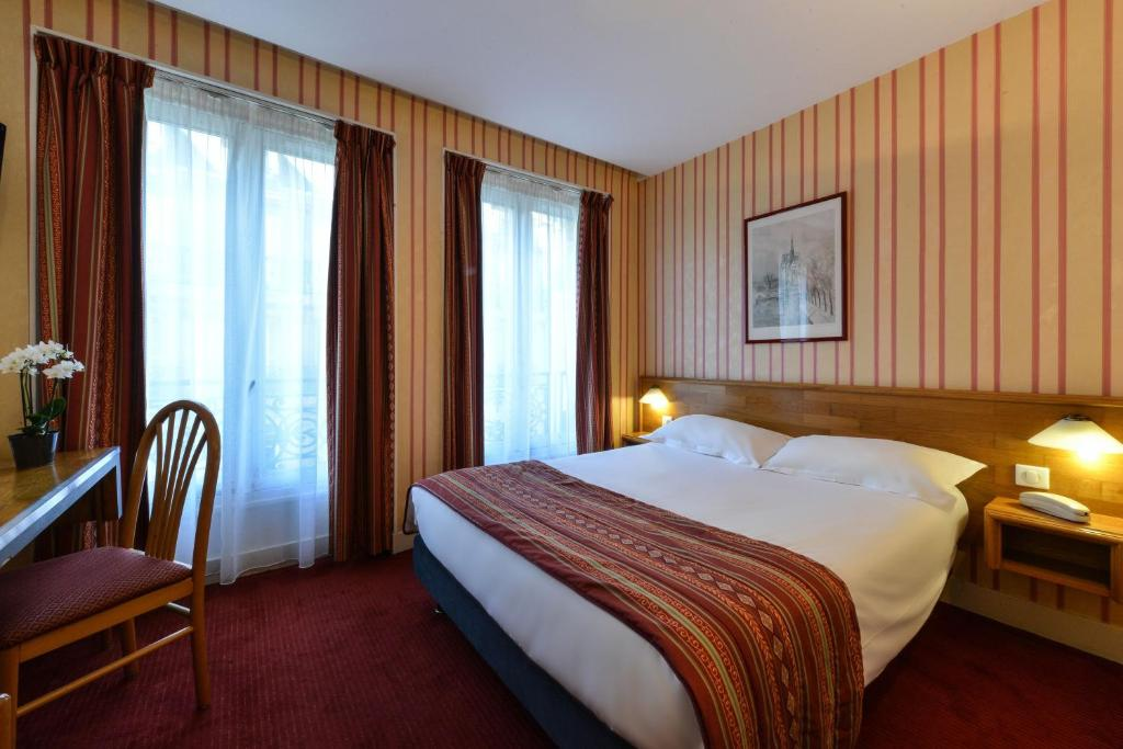 A bed or beds in a room at Relais du Pré