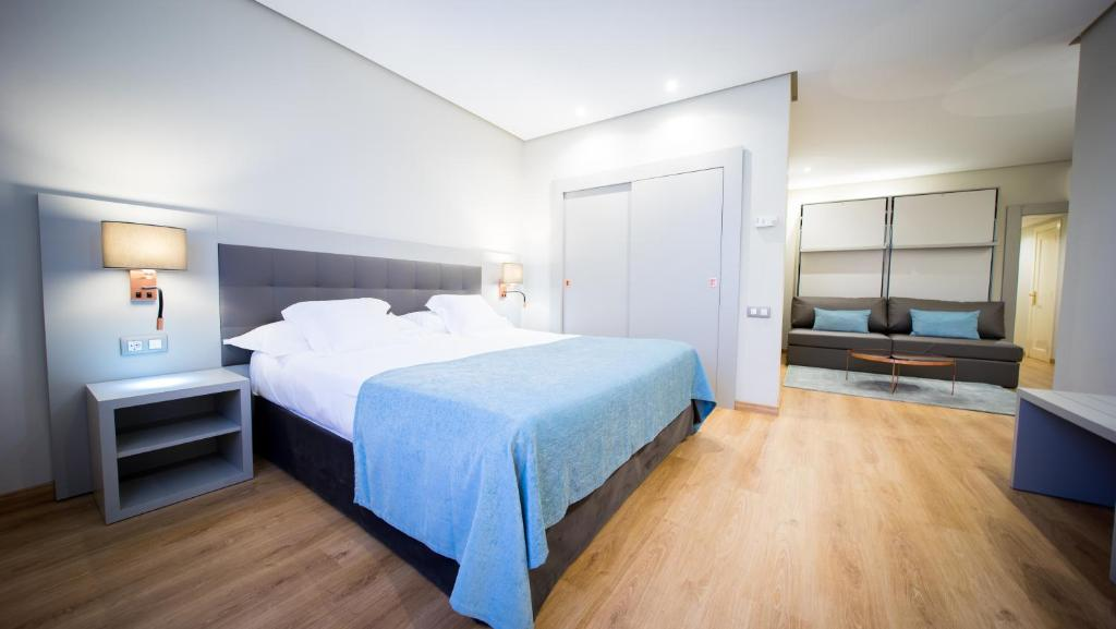 A bed or beds in a room at Mercure Carlton Rioja