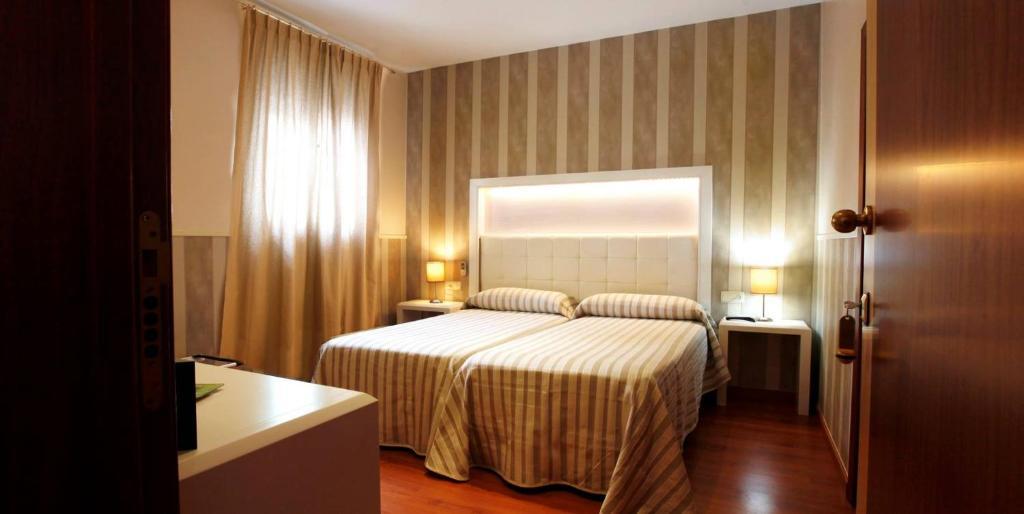 Un ou plusieurs lits dans un hébergement de l'établissement Hostal Paris