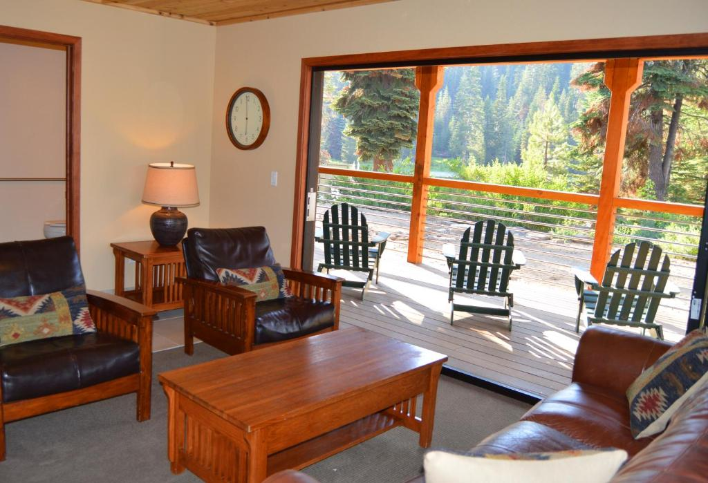 A seating area at Montecito Sequoia Lodge
