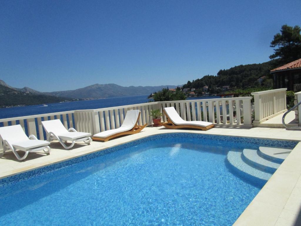 The swimming pool at or near Vila Tea