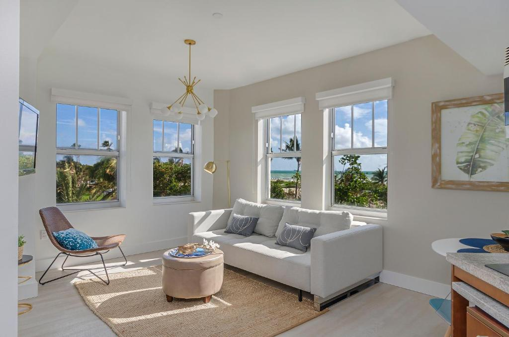 A seating area at Strand on Ocean by Sunnyside
