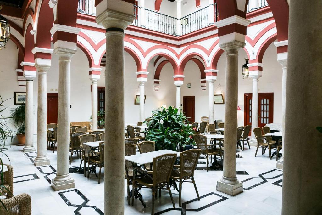 A restaurant or other place to eat at Las Casas de los Mercaderes