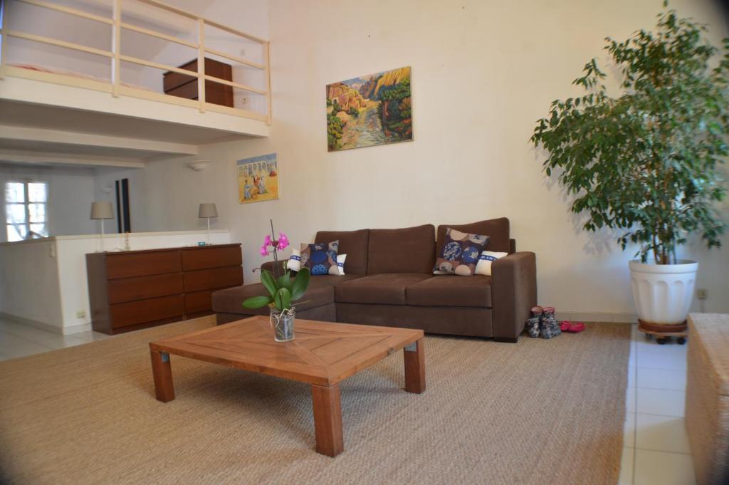 A seating area at Studio loft avec terrasse centre historique